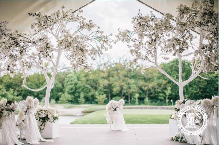Терраса с украшеными деревьями для венчания