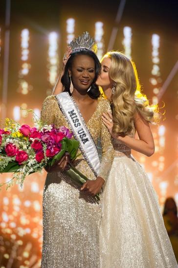 Мисс США 28-летняя Оливия Джордан целует Дешу Барбер