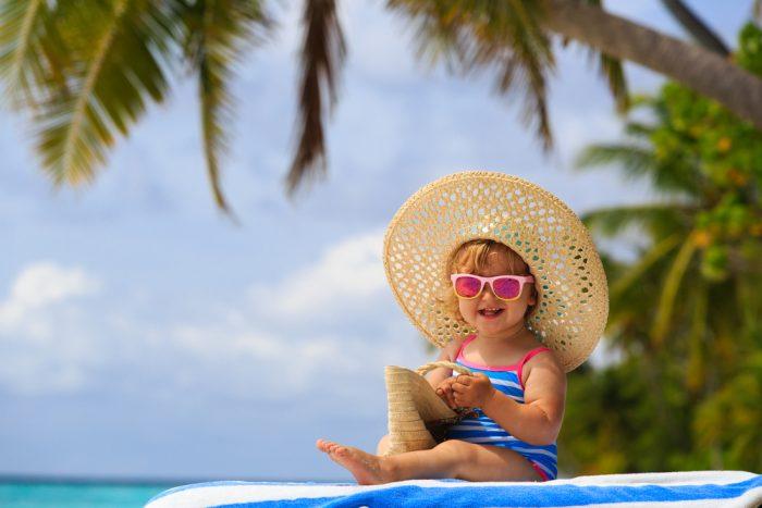 Девочка в шляпке на пляже