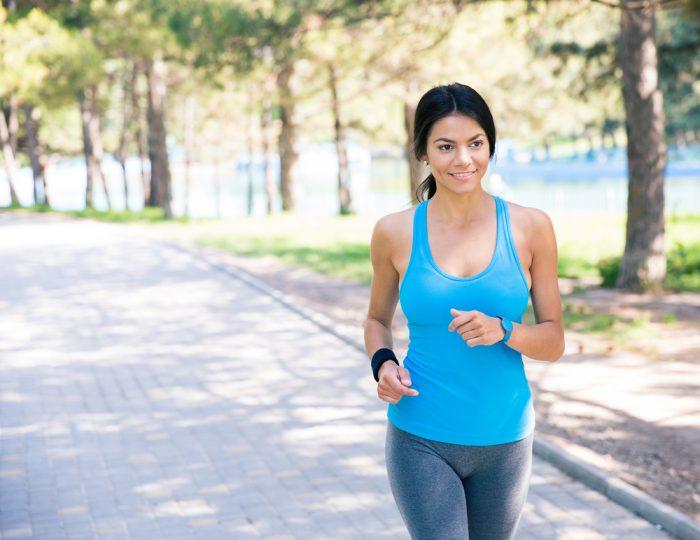 Девушка в голубой майке на пробежке