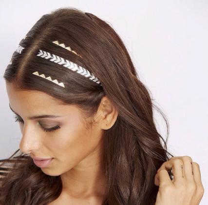 Девушка с flash татуировкой- стрелами на волосах
