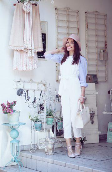 Девушка в белом костюме и розовой шляпке
