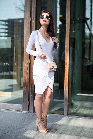 Девушка в белом платье с бежевой сумкой