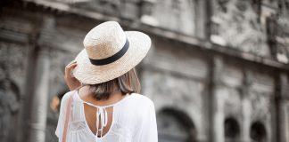 Девушка в белой кофте на завязке и в шляпке