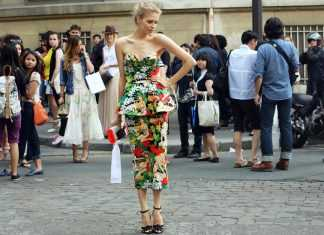 Девушка в цветочном платье ниже колен с баской