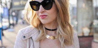 Девушка в очках с черным чокером и золотым