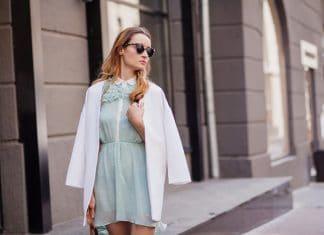 Девушка в голубом платье и в очках накинула на плечи белый пиджак