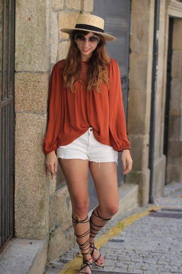 Девушка в оранжевой кофте и в белых фортах