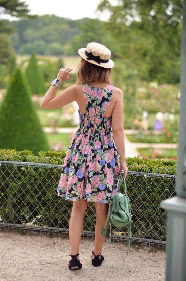 Девушка в платье цветочного принта и в шляпке
