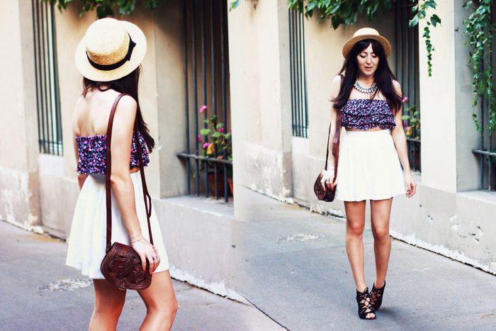 Девушка в топике цветочного принта и белой юбке