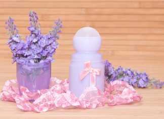 дезодорант с бантиком без крышки стоит возле стаканчика с цветами