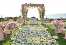 Дорожка до свадебной арки в цветах