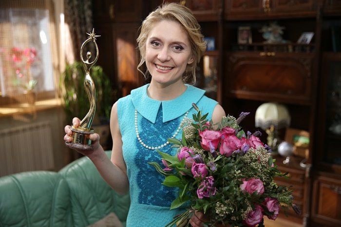 Героиня скетчкома «Коли ми вдома» Екатерина Кистень с цветами и статуеткой