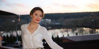 Героиня скетчкома «Коли ми вдома» Екатерина Кистень в белой блузке
