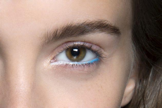 женский глаз с голубой подводкой
