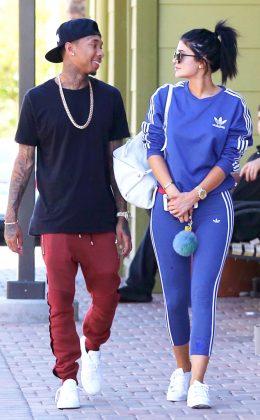 Кайли Дженнер в синем спортивном костюме идет с парнем Тайга