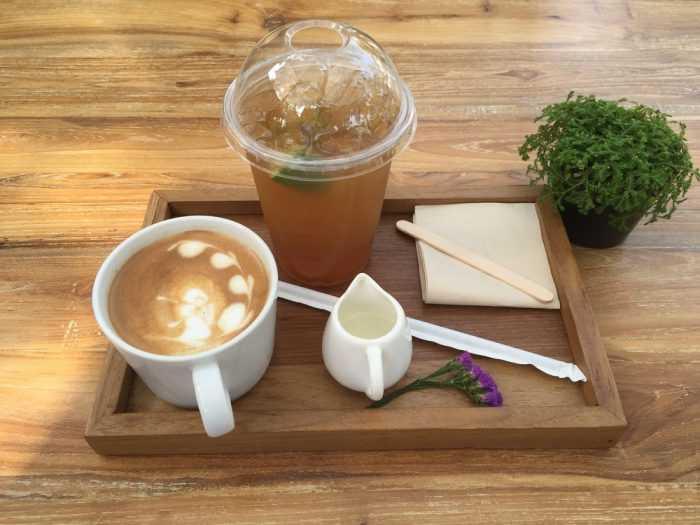 Кофе со сливками и напиток на деревянном подносе