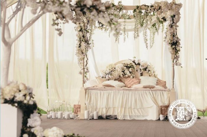 Кровать в цветах для свадебной фотоссесии