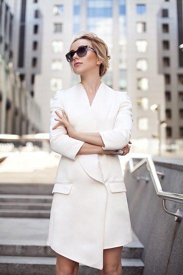 Украинский режиссер и сценарист Ксения Бугримова в длинном белом пиджаке