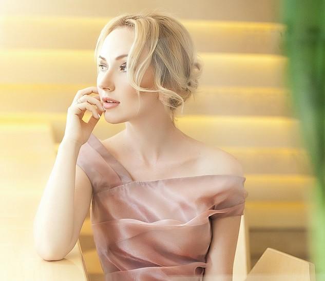Украинский режиссер и сценарист Ксения Бугримова в розовой кофте