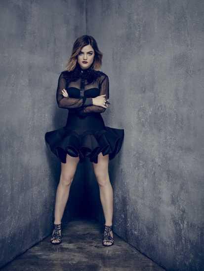 Люси Хейл в черном коротком платье