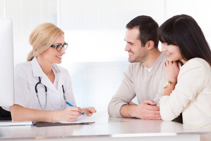 Мужчина с женщиной на приеме у врача