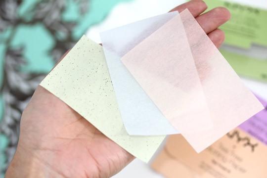 На ладоне цветные матирующие салфетки для лица