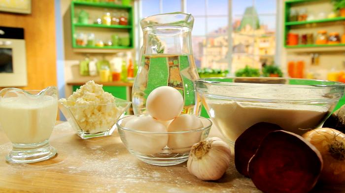 Сливки,творог, яйца, свекла, графин воды в кухне на столе