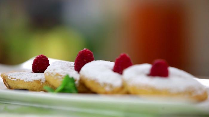 Пончики посыпанные сахарной пудрой и ягодами