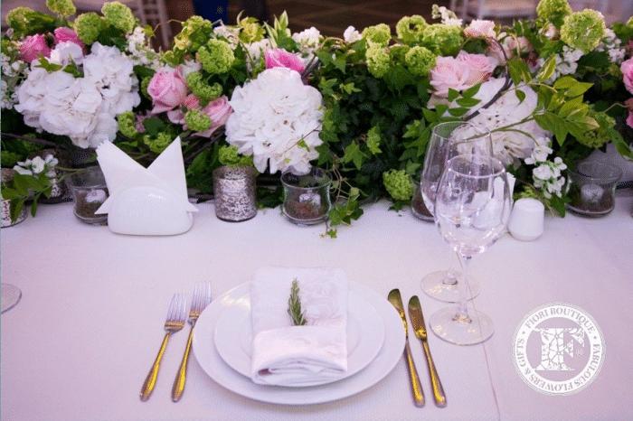 Приборы на одну персону на столе с цветами