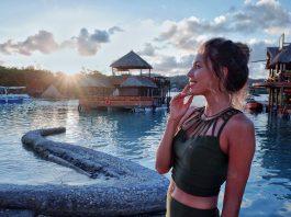 Регина Тодоренко в зеленом топе и юбке на красивом пейзаже
