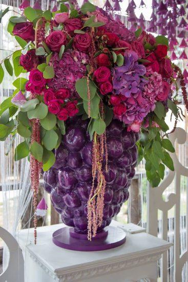 Цветы в вазе в виде ягоды