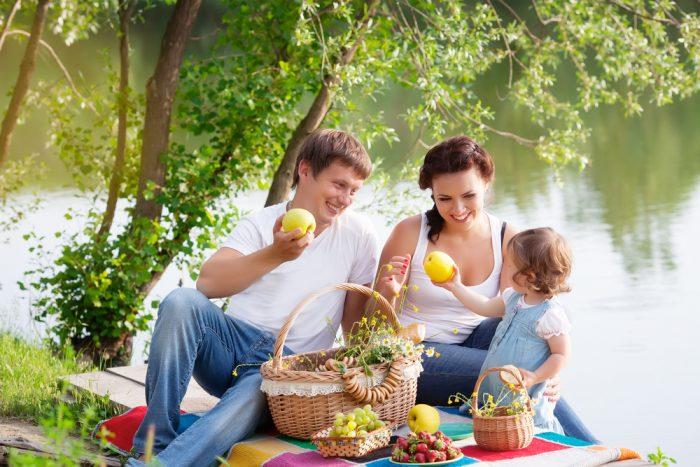 Семья на пикнике у реки