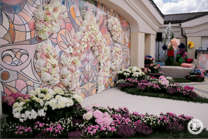 Стена украшена розовыми и белыми цветами