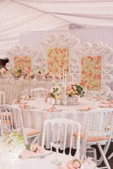 Стол для свадебного банкета с цветами
