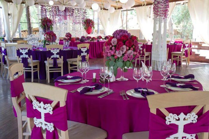 Стол для свадебного банкета с розово скатертью