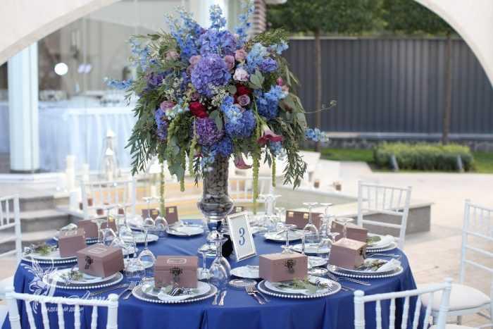 Стол с синей скатертью
