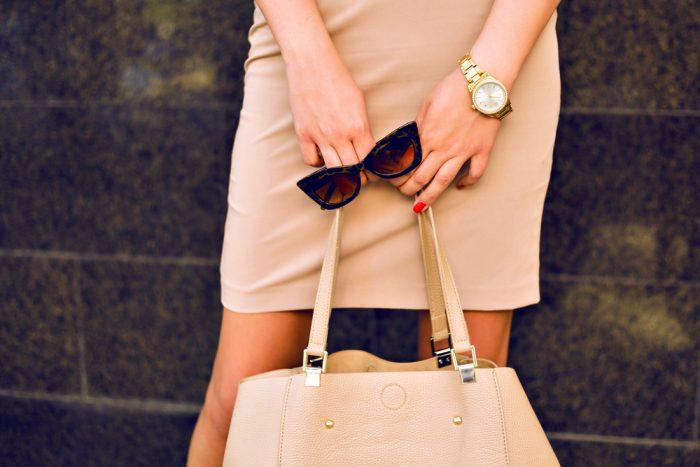 Сумочка с очками в женских руках