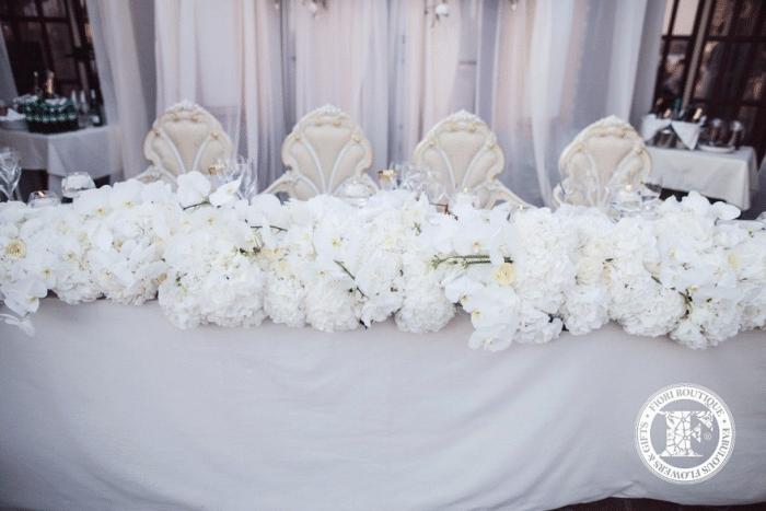 Свадебный стол для жениха и невесты в цветах