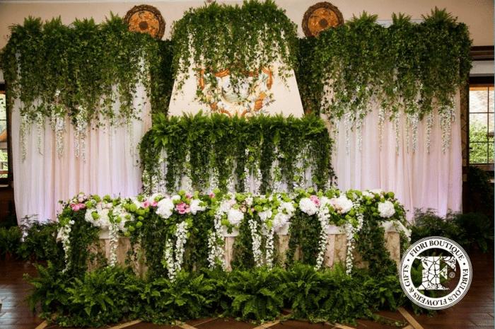 Свадебный зал украшенный в лесном стиле