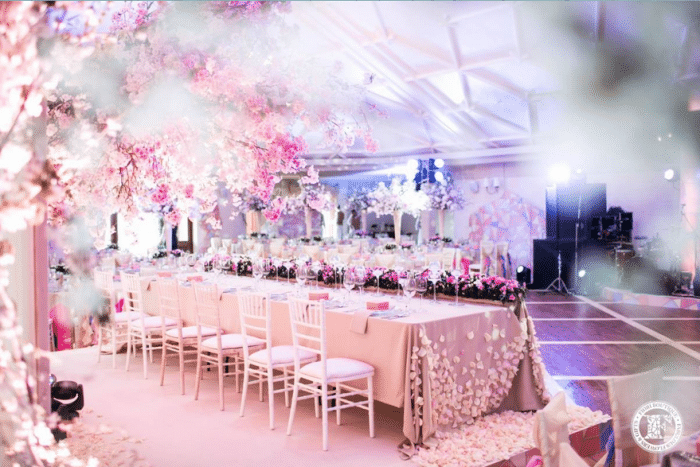 Длинный стол для свадебного банкета в розовом цвете