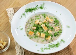 Тарелка грибного супа с сухариками и укропом