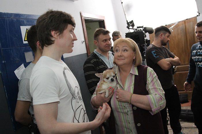 Актриса Коли ми вдома Татьяна Шелига с аленькой собачкой на руках