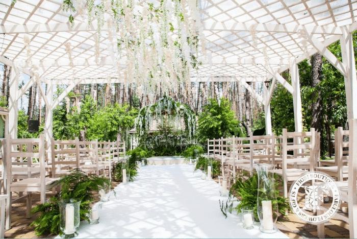 Терраса для венчания с деревянной мебелью