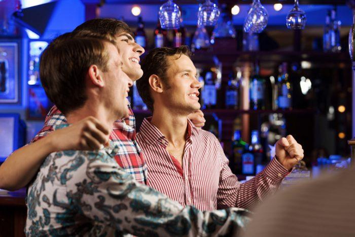 Три друга в баре