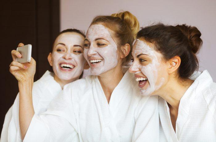 Три подруги в крем -масках на лице