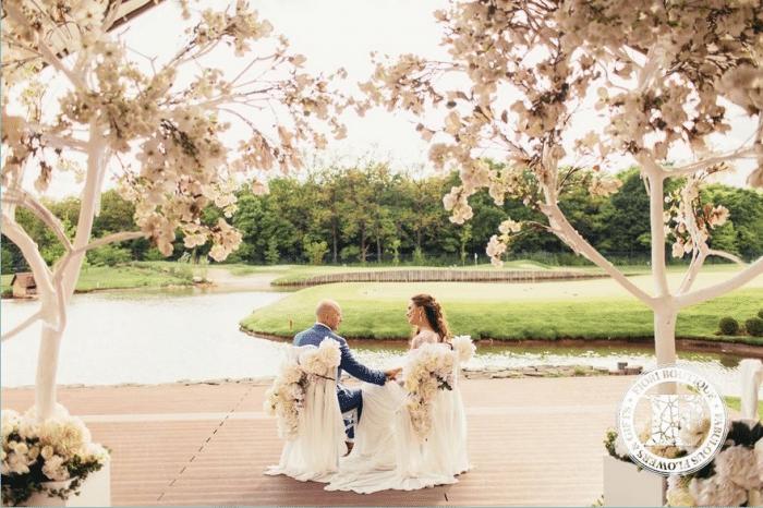 Жених и невеста сидят у реки