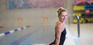 Женщина в закрытом купальнике в бассейне