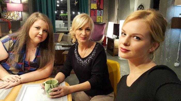 Альбина и Карина сидят за столом из сериалити «Киев днем и ночью»