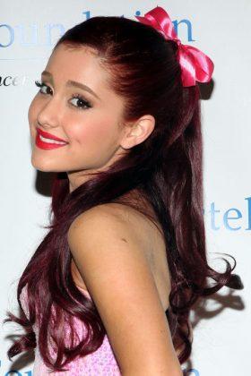 Ариана Гранде с розовым бантом на волосах